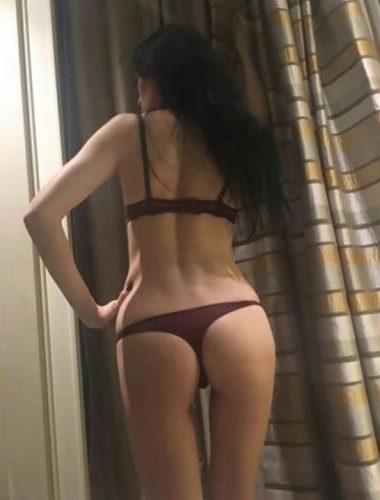Neşeli otelde buluşan kadın Güzide